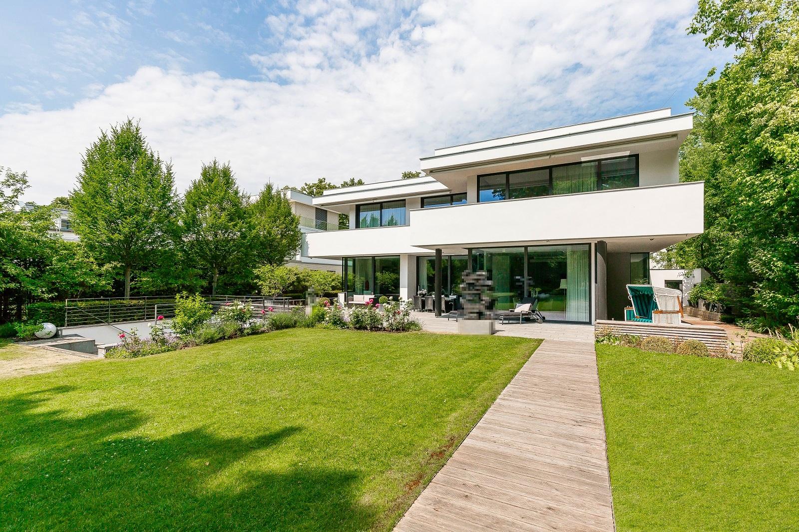 Luxuriöse Villa mit sehr üppigen Grundstück